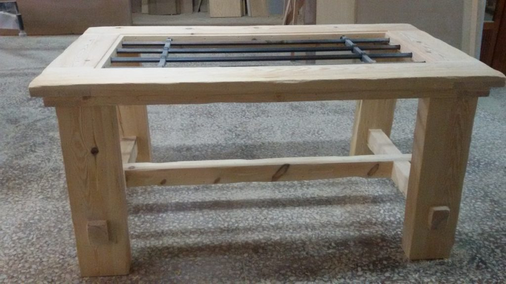 Mesa rústica con reja de forja