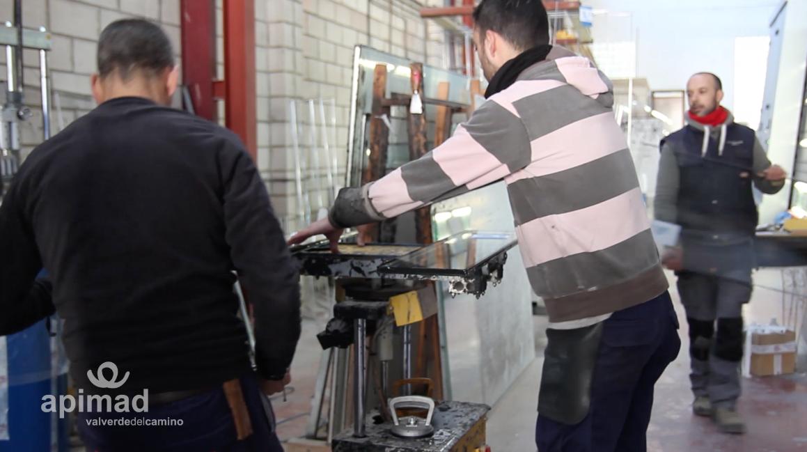 ¡Conoce a nuestros artesanos del mueble a medida! Vídeo entrevista de Cristalería Lorca