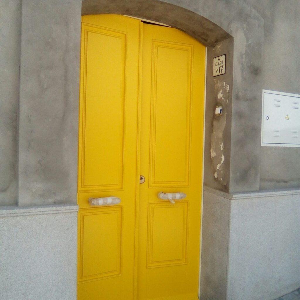 Puerta lacada amarillo parisino