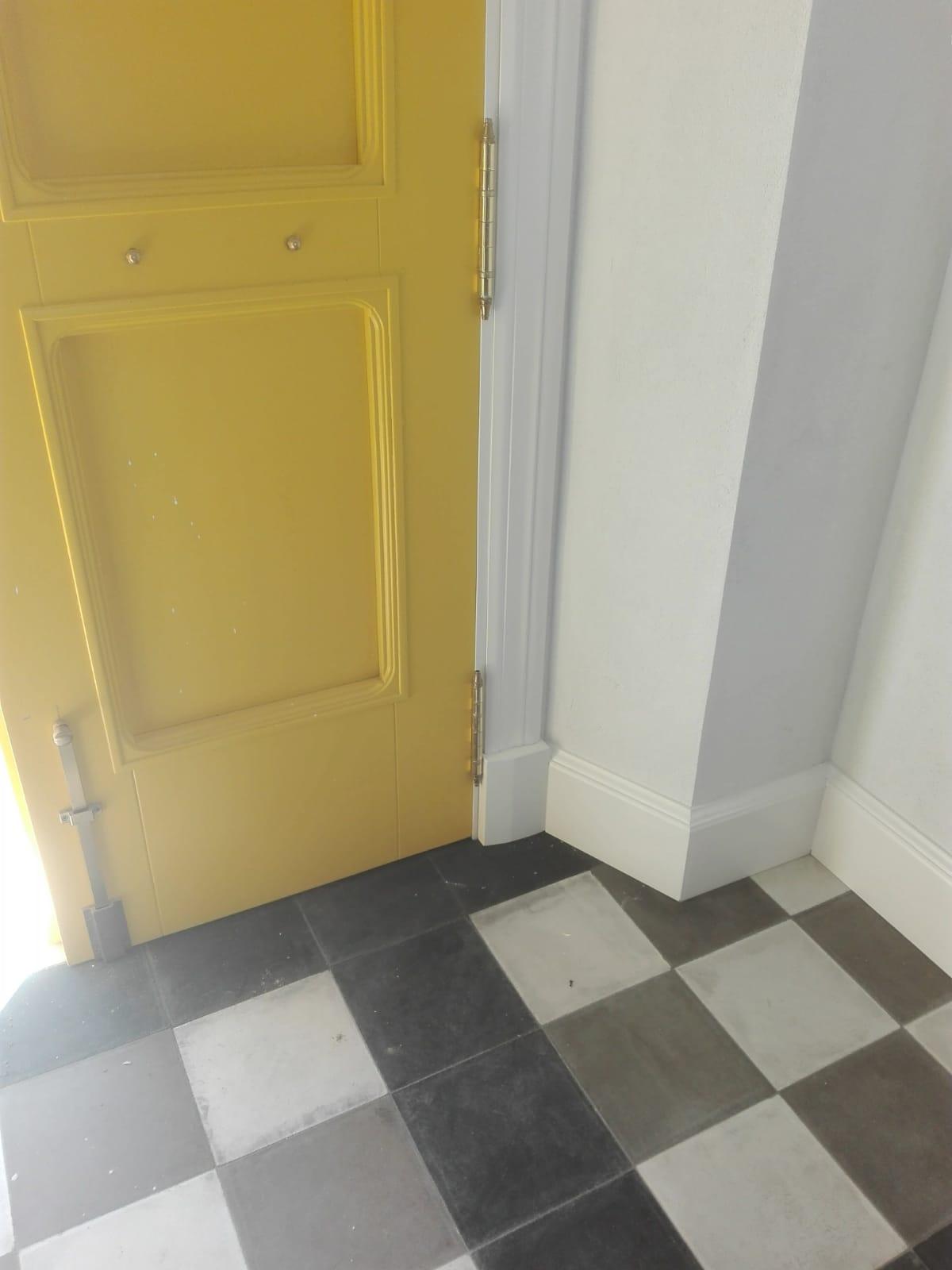 Puerta de calle amarilla