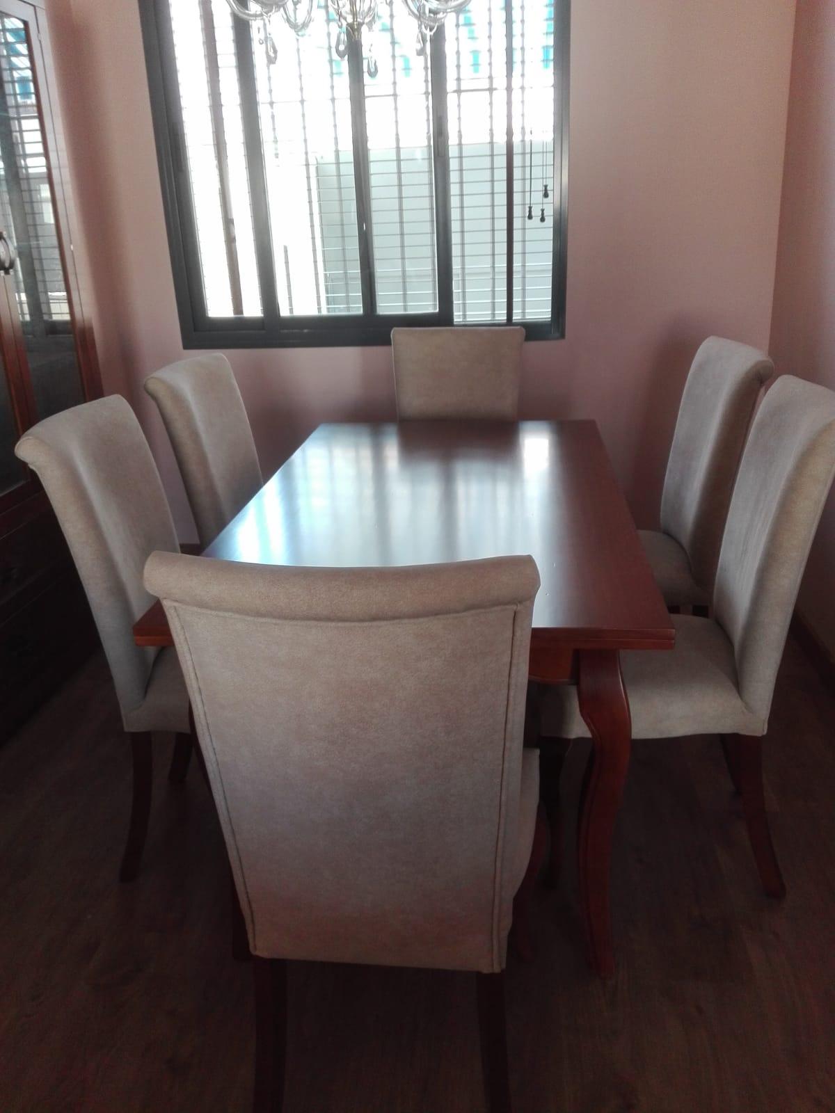 Salón comedor: vitrina, mesa y sillas de madera