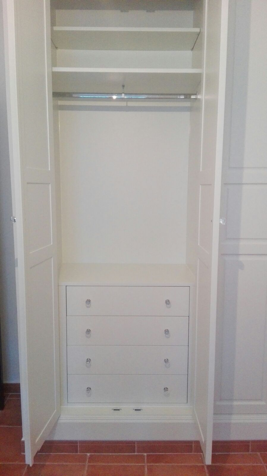 Habitación blanca con terciopelo