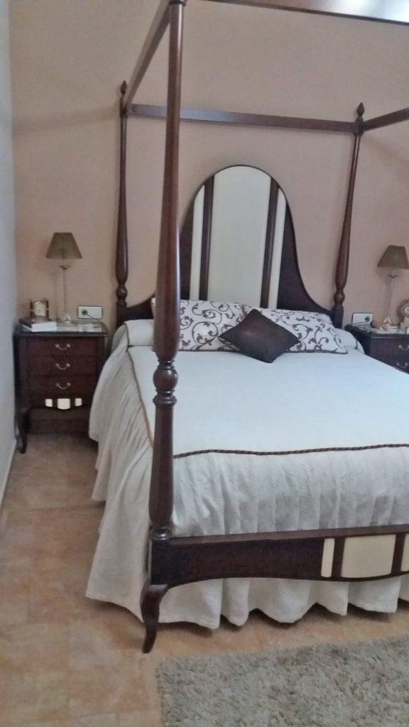 dormitorio clásico con dosel