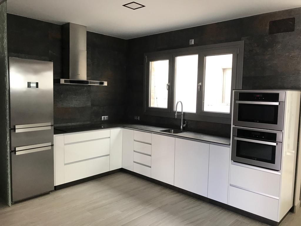 Cocina negra y blanca Muebles Herka