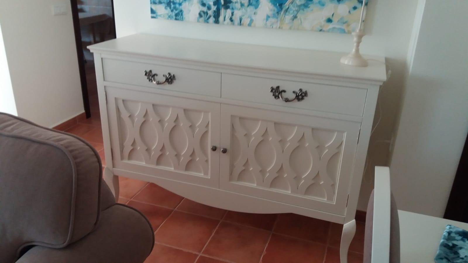 Salón blanco y tapizado en ante