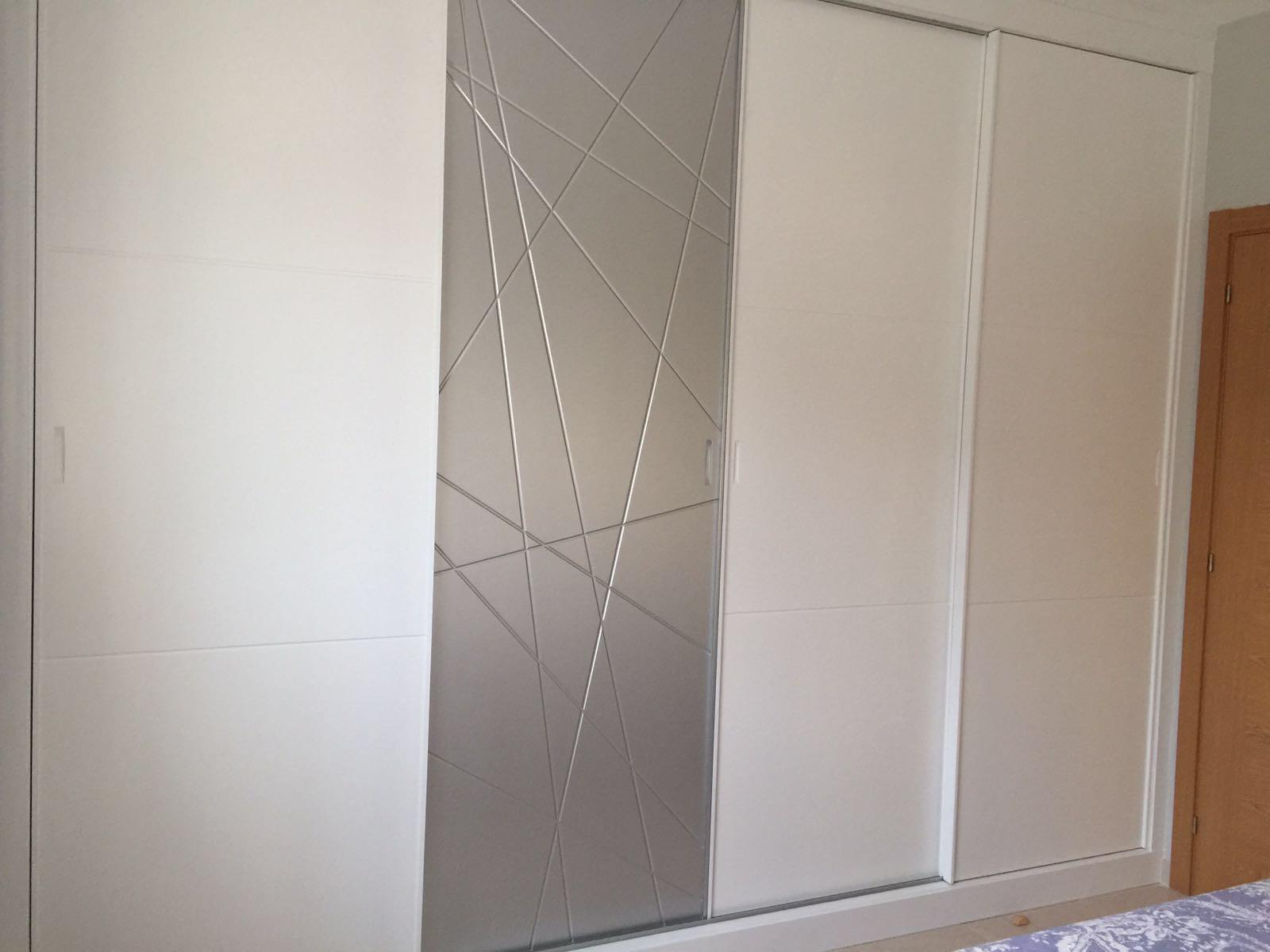 Dormitorio blanco y plata