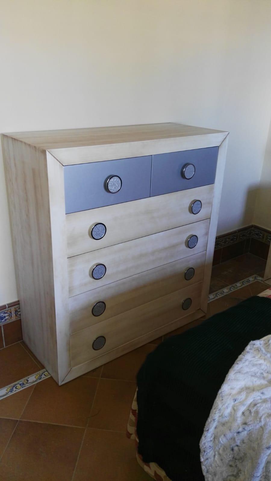 Dormitorio en madera de haya y plateado