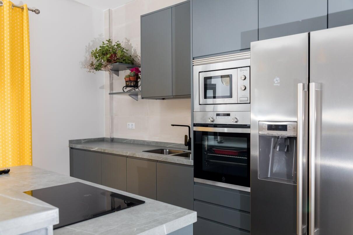 Cocina lacada en gris con campana extractora en el techo