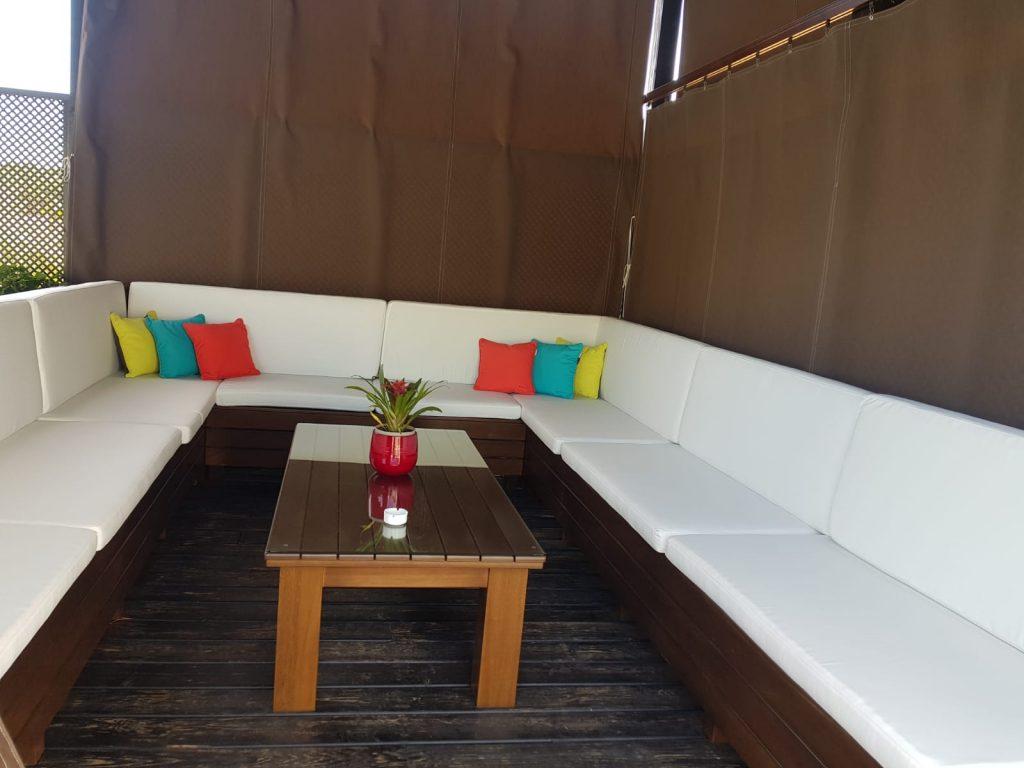 Mobiliario para exterior: bancos y mesas para zona de piscina
