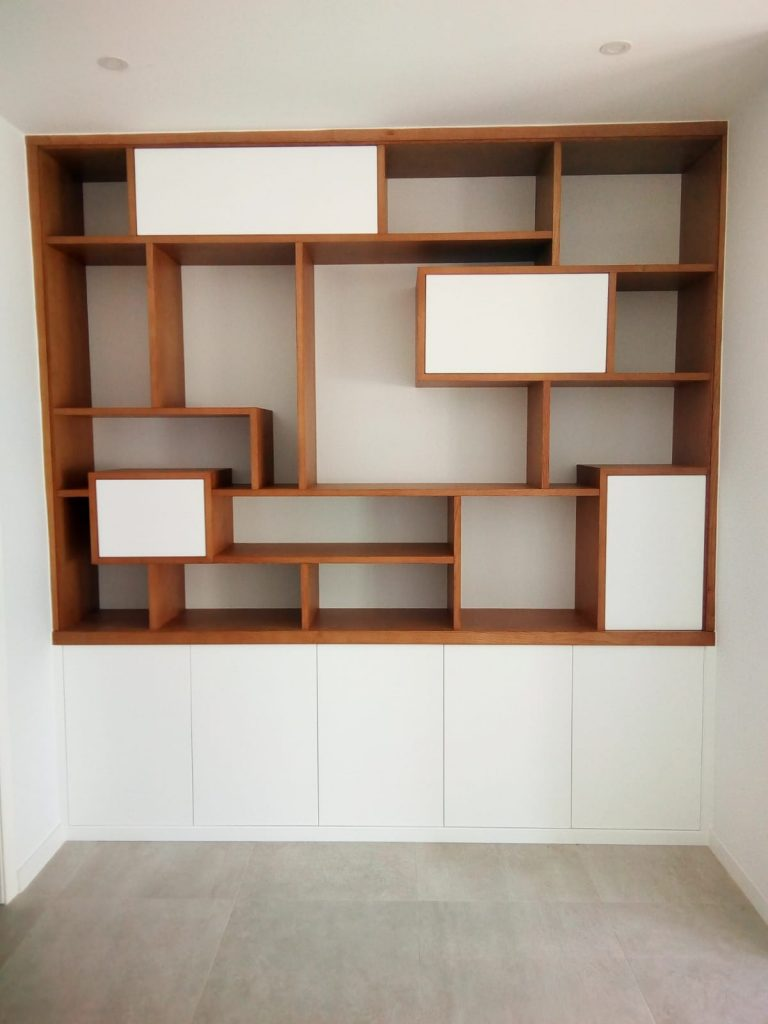 Mueble salón madera natural y blanco