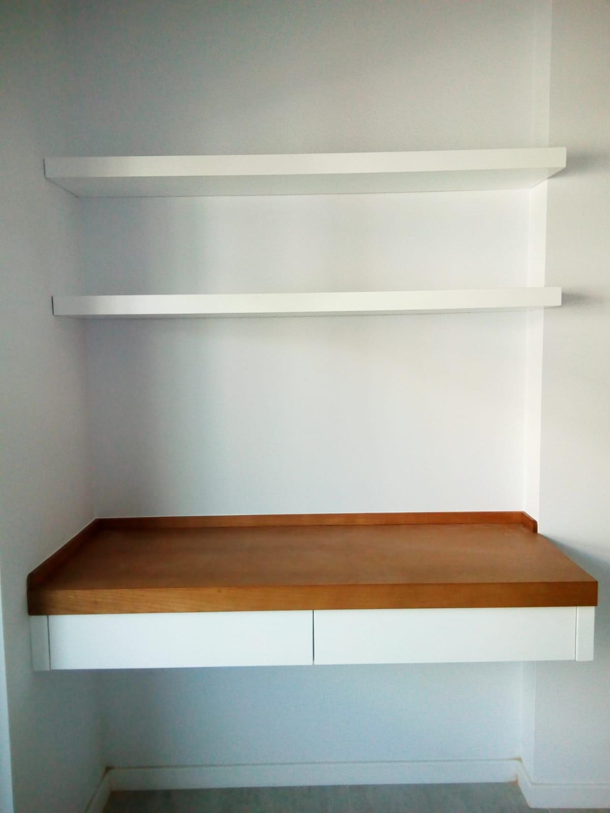 Muebles de salón madera natural y blanco