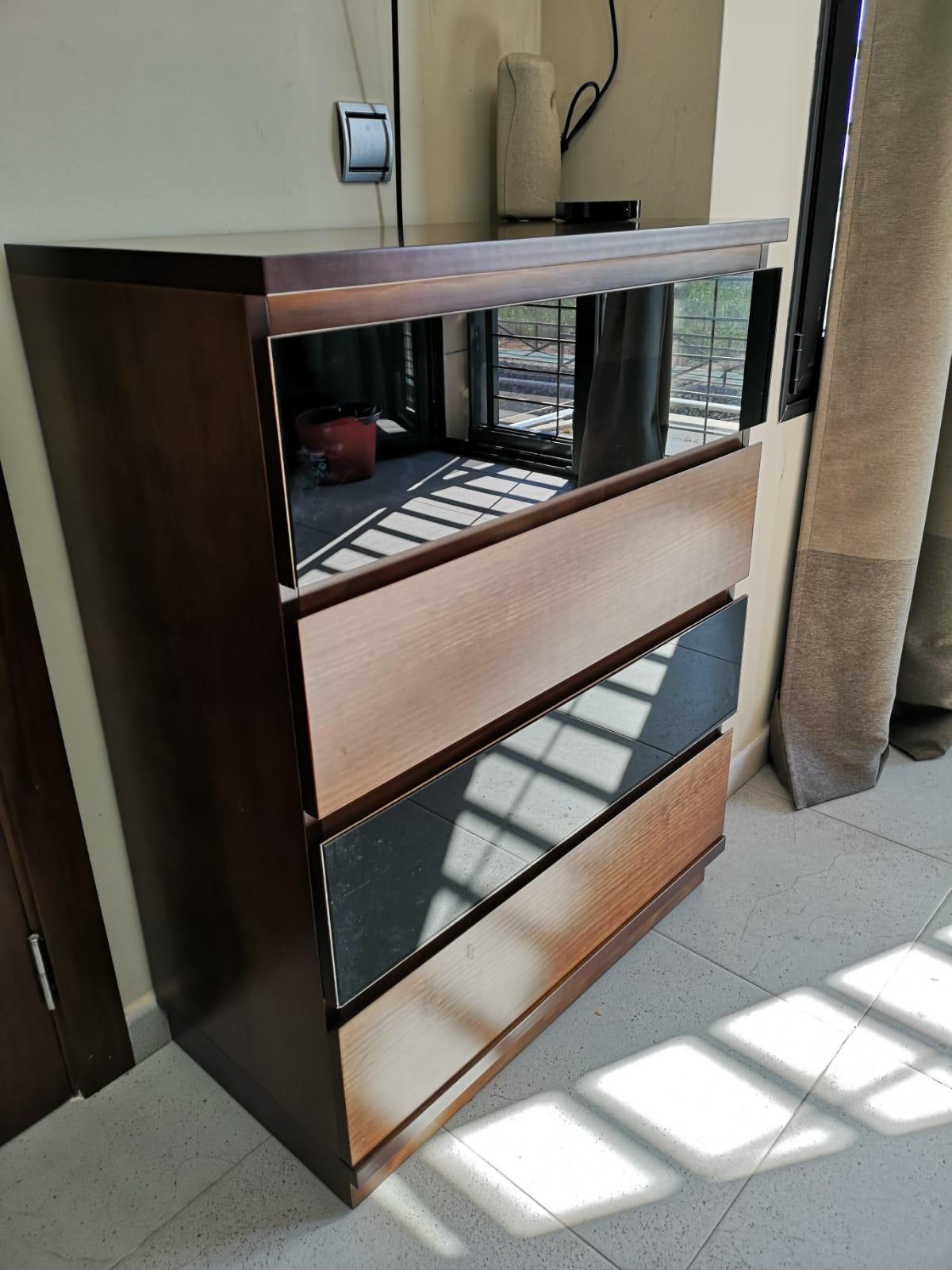 Habitación con extra de almacenaje: cajones ocultos bajo la cama