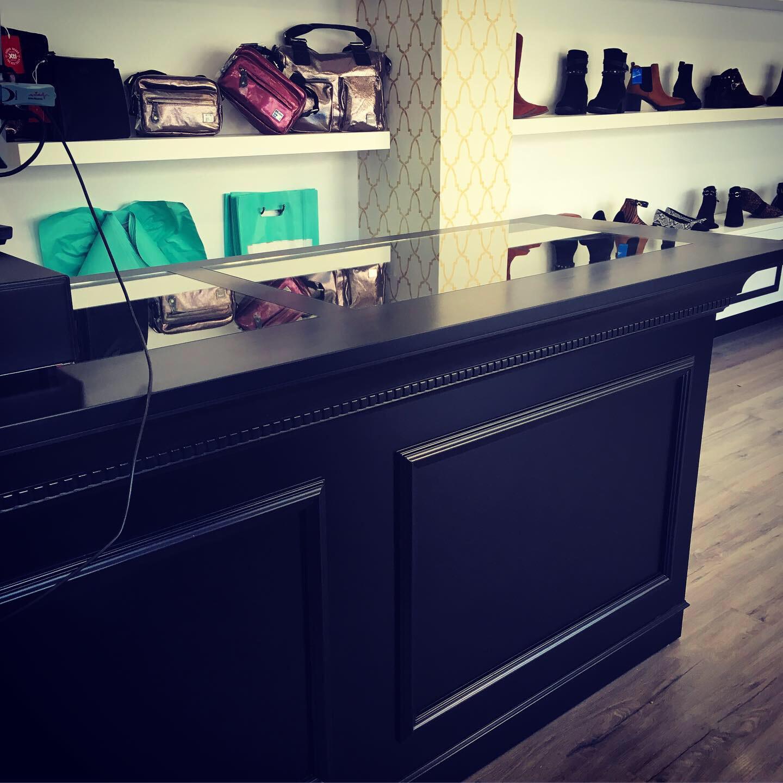 Mueble expositor con cristal superior y cajón