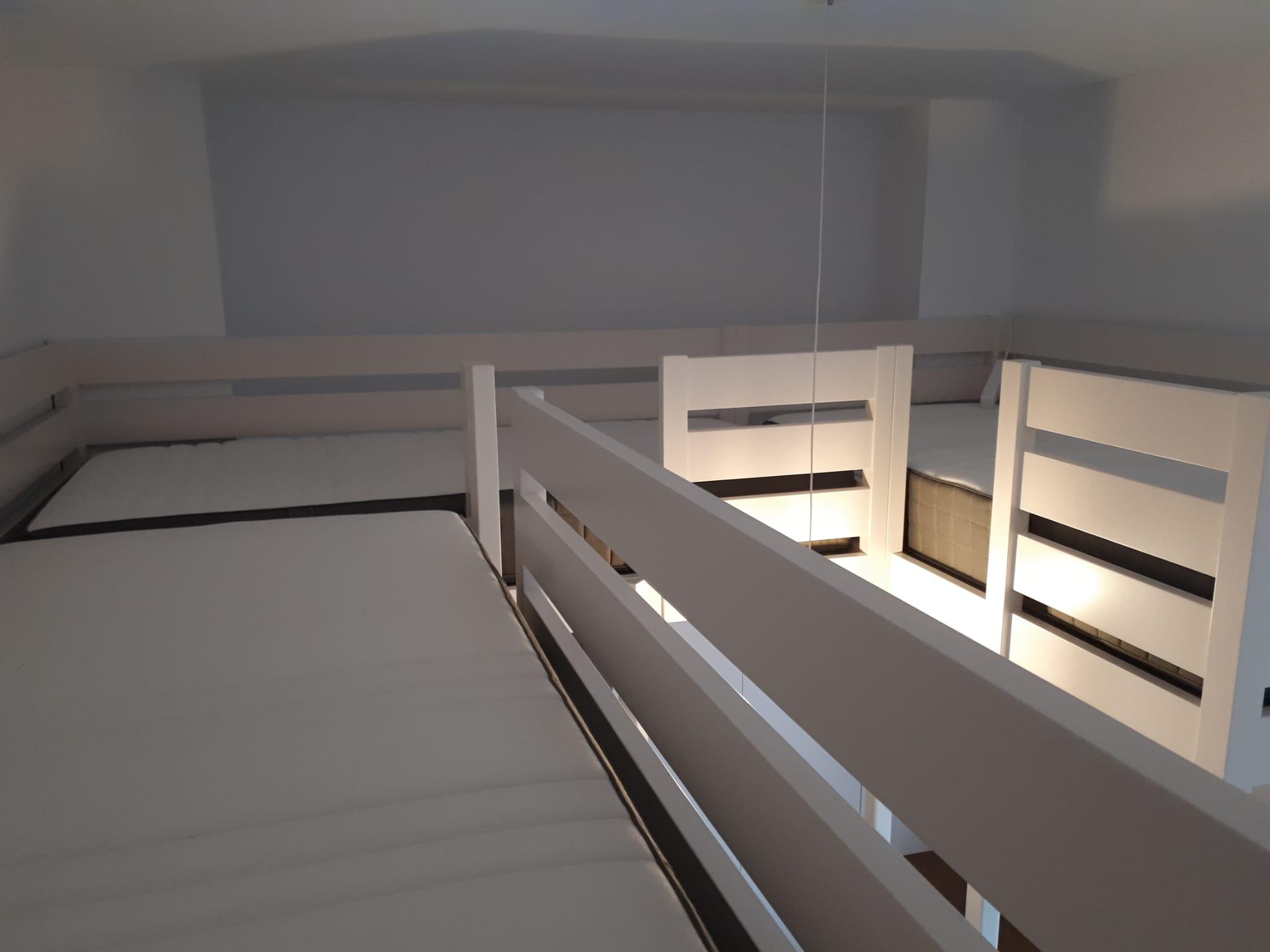 ¡Lo tienes todo! Dormitorio a medida para tres niños con zona de estudio y armarios