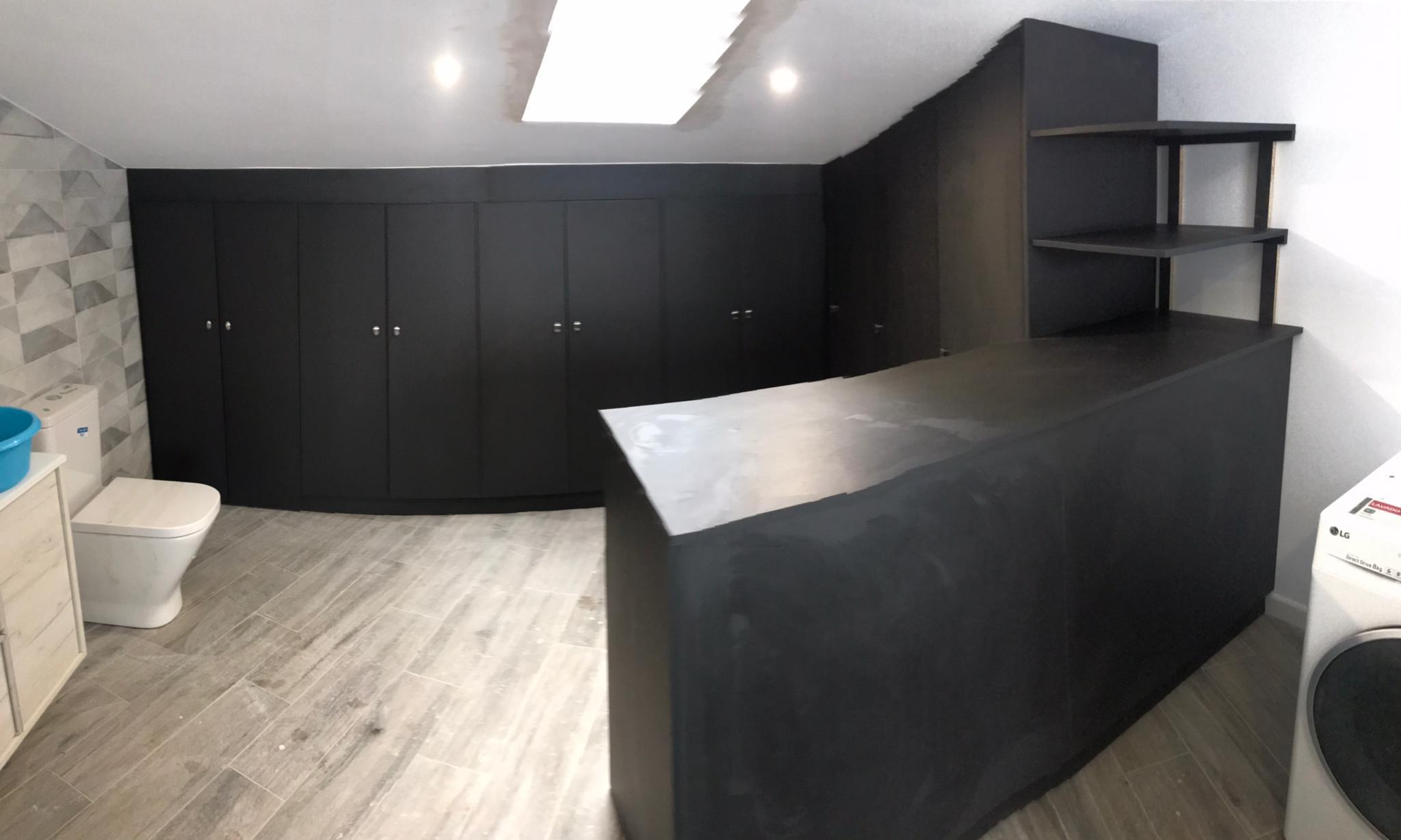 Muebles que se adaptan a los espacios: armarios en una buhardilla