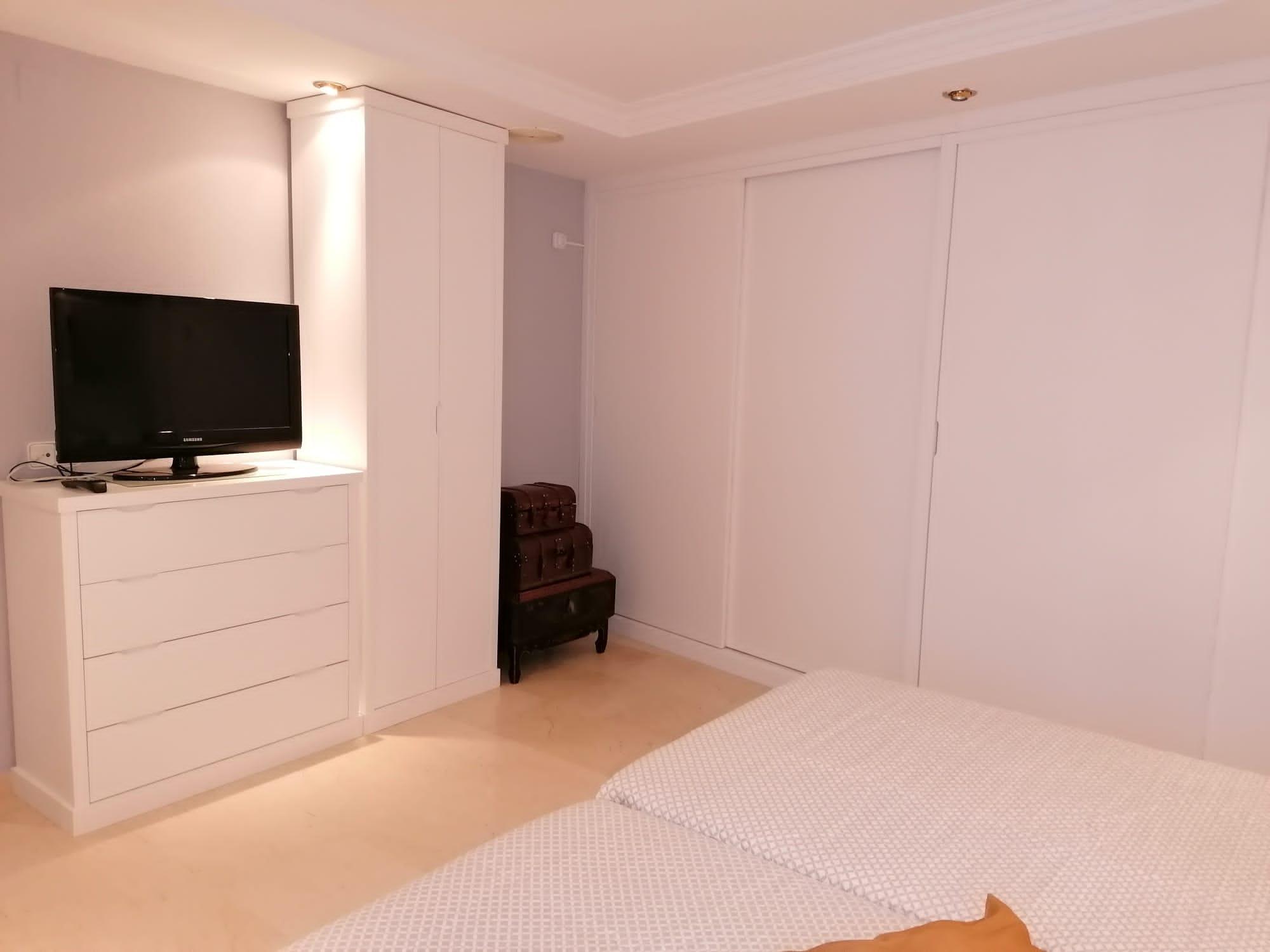 Dormitorio lacado en blanco con mil detalles