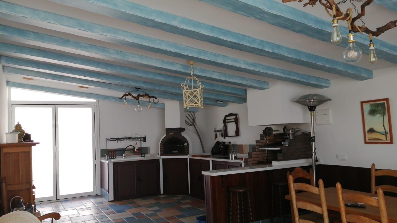 Vigas de techo envejecidas y forrado de pared: ¡personaliza tu casa!