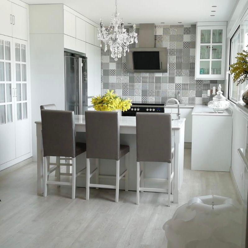 Apuesta por los tonos claros y darás luz a tu cocina