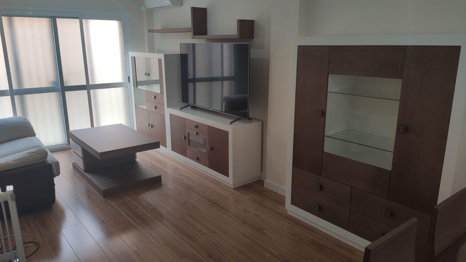 Decora tu salón con muebles de madera a la vista