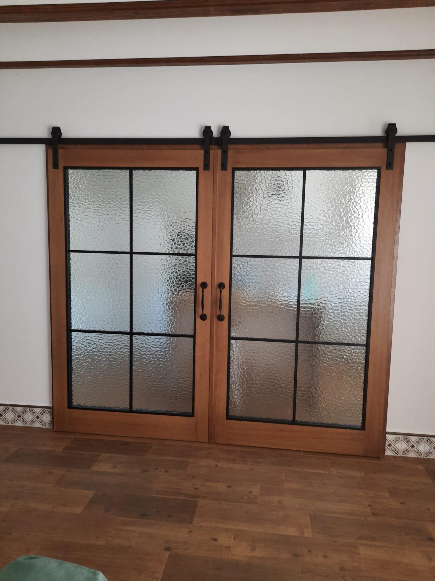 Puertas de estilo industrial en madera de roble.